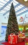 Árbol de navidad en centro comercial Imagen de archivo