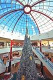 Árbol de Navidad en centro comercial Foto de archivo libre de regalías