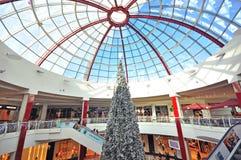 Árbol de Navidad en centro comercial Fotos de archivo libres de regalías
