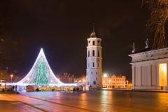 Árbol de navidad en cuadrado de la catedral de Vilna Fotos de archivo