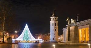 Árbol de navidad en cuadrado de la catedral de Vilna y un monumento al Lit Fotografía de archivo libre de regalías