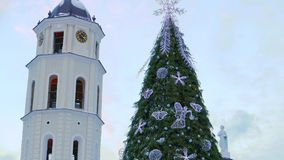 Árbol de navidad en cuadrado de la catedral en Vilna metrajes