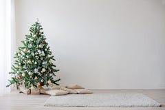 Árbol de navidad en el Año Nuevo del sitio blanco Foto de archivo libre de regalías