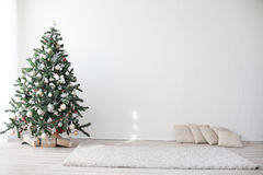 Árbol de navidad en el Año Nuevo del sitio blanco Imágenes de archivo libres de regalías