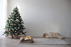 Árbol de navidad en el Año Nuevo del sitio blanco Fotografía de archivo libre de regalías