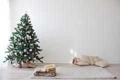Árbol de navidad en el Año Nuevo del sitio blanco Foto de archivo