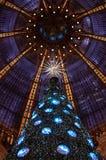 Árbol de navidad en el almacén grande de Galeries Lafayette. Foto de archivo