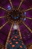 Árbol de navidad en el almacén grande de Galeries Lafayette. Fotos de archivo libres de regalías