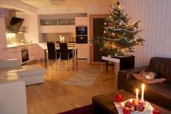 Árbol de navidad en el apartamento Fotos de archivo
