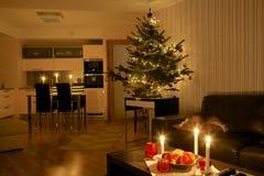 Árbol de navidad en el apartamento Foto de archivo