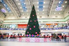 Árbol de navidad en el centro comercial Imagen de archivo