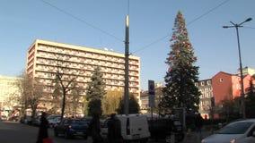 Árbol de navidad en el centro de la capital búlgara Sofía almacen de metraje de vídeo