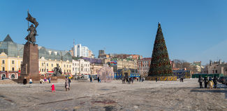 Árbol de navidad en el cuadrado central de Vladivostok Foto de archivo
