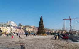 Árbol de navidad en el cuadrado central de Vladivostok Fotos de archivo