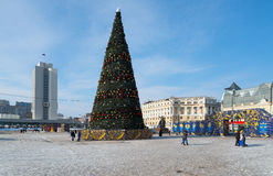 Árbol de navidad en el cuadrado central de Vladivostok Imagen de archivo libre de regalías