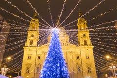 Árbol de navidad en el cuadrado de la basílica de St Stephen, Budapest, Hunga Fotografía de archivo