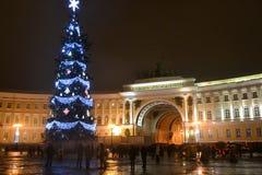 Árbol de navidad en el cuadrado del palacio en la noche Fotografía de archivo