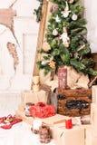 Árbol de navidad en el cuarto del vintage Fotografía de archivo