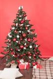 Árbol de navidad en el cuarto rojo Imágenes de archivo libres de regalías