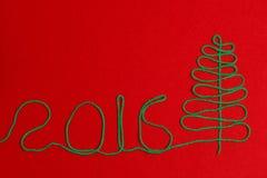 Árbol de navidad 2016 en el fieltro del rojo Foto de archivo libre de regalías