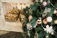 Árbol de navidad en el fondo Fotografía de archivo