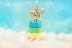 Árbol de navidad en el fondo blanco Feliz Navidad y tarjeta de felicitación de la Feliz Año Nuevo con el copia-espacio Imágenes de archivo libres de regalías