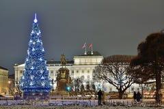 Árbol de navidad en el fondo de la asamblea legislativa de Foto de archivo libre de regalías