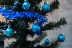 Árbol de navidad en el fondo de la pared, luces ámbar, Foto de archivo