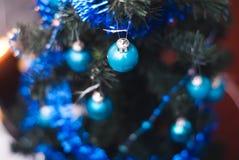 Árbol de navidad en el fondo de la pared, luces ámbar, Foto de archivo libre de regalías