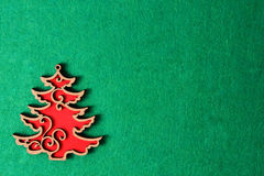 Árbol de navidad en el fondo verde de la textura, decoración de madera del eco, juguete Fotografía de archivo libre de regalías