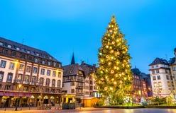 Árbol de navidad en el lugar Kleber en Estrasburgo, Francia imagen de archivo