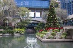 Árbol de navidad en el paseo del río Imagenes de archivo