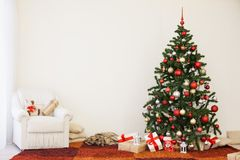 Árbol de navidad en el ` s Eve del Año Nuevo en un cuarto blanco con los regalos de la Navidad Fotos de archivo