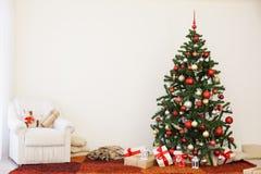 Árbol de navidad en el ` s Eve del Año Nuevo en un cuarto blanco con los regalos de la Navidad Imágenes de archivo libres de regalías