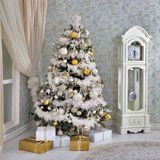 Árbol de navidad en el ` s Eve del Año Nuevo en un cuarto blanco con los regalos de la Navidad Foto de archivo