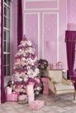 Árbol de navidad en el ` s Eve del Año Nuevo en un cuarto blanco con los regalos de la Navidad Foto de archivo libre de regalías