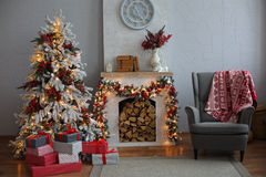 Árbol de navidad en el sitio, interior de la noche del hogar de Navidad imágenes de archivo libres de regalías