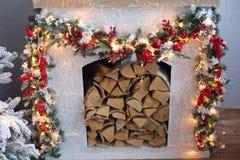 Árbol de navidad en el sitio, interior de la noche del hogar de Navidad Fotos de archivo