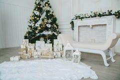 Árbol de navidad en el sitio, interior de la noche del hogar de Navidad fotografía de archivo