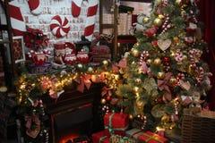 Árbol de navidad en el sitio, interior de la noche del hogar de Navidad imagen de archivo