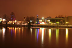 Árbol de navidad en el terraplén del lago en la noche Fotografía de archivo libre de regalías