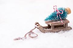 Árbol de navidad en el trineo Imágenes de archivo libres de regalías