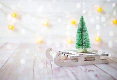 Árbol de navidad en el trineo del juguete Tarjeta de la Navidad y del Año Nuevo en fondo de madera Imagenes de archivo
