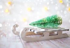 Árbol de navidad en el trineo del juguete Tarjeta de la Navidad y del Año Nuevo en fondo de madera Fotografía de archivo libre de regalías