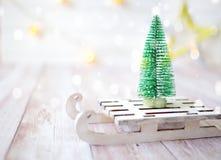 Árbol de navidad en el trineo del juguete Tarjeta de la Navidad y del Año Nuevo en fondo de madera Imagen de archivo libre de regalías