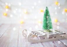 Árbol de navidad en el trineo del juguete Tarjeta de la Navidad y del Año Nuevo en fondo de madera Fotografía de archivo