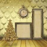Árbol de navidad en el viejo cuarto Fotos de archivo