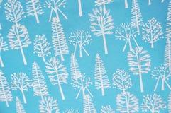 Árbol de navidad en fondo azul. Imagen de archivo libre de regalías