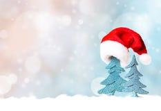 Árbol de navidad en fondo del sombrero de Papá Noel y de la decoración de la Navidad Fotos de archivo libres de regalías