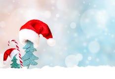 Árbol de navidad en fondo del sombrero de Papá Noel y de la decoración de la Navidad Foto de archivo